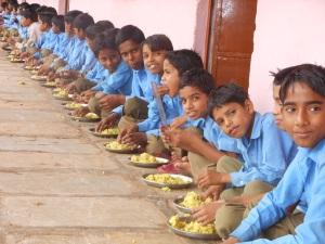 मिड डे मील खाते बच्चे